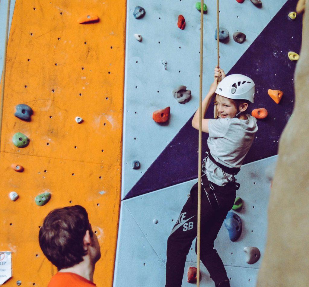 Junge in der Kletterhalle
