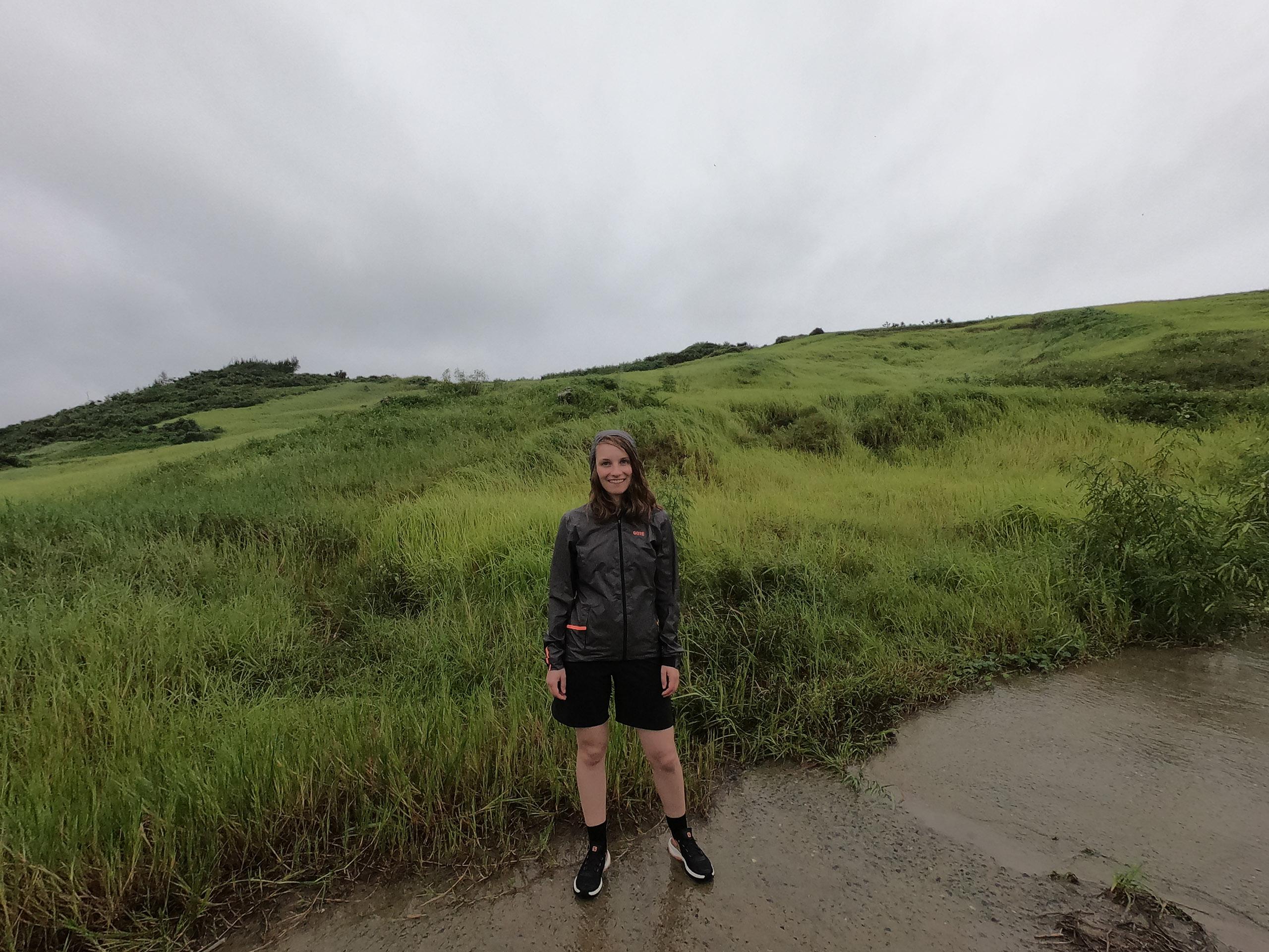 Wandererin mit GORE Wear Shakedry Jacke im Regen in Taiwan
