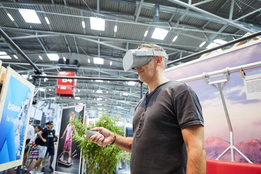 VR-Brille auf der OutDoor by ISPO