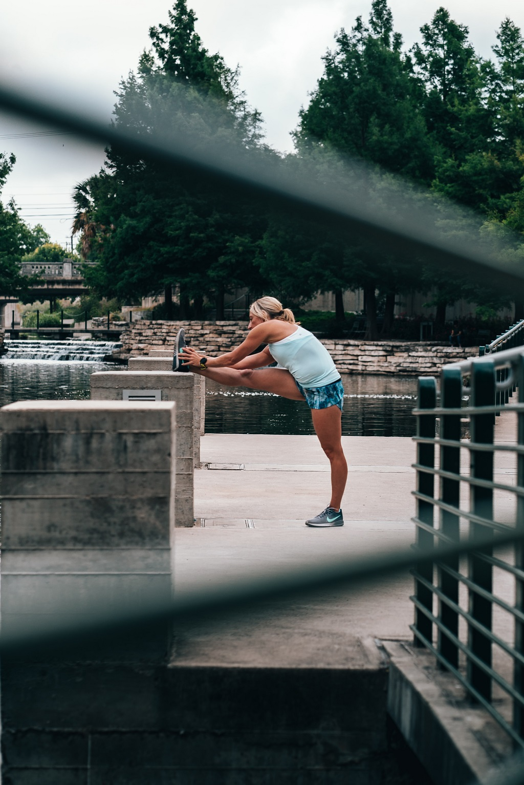 Femme étirement running