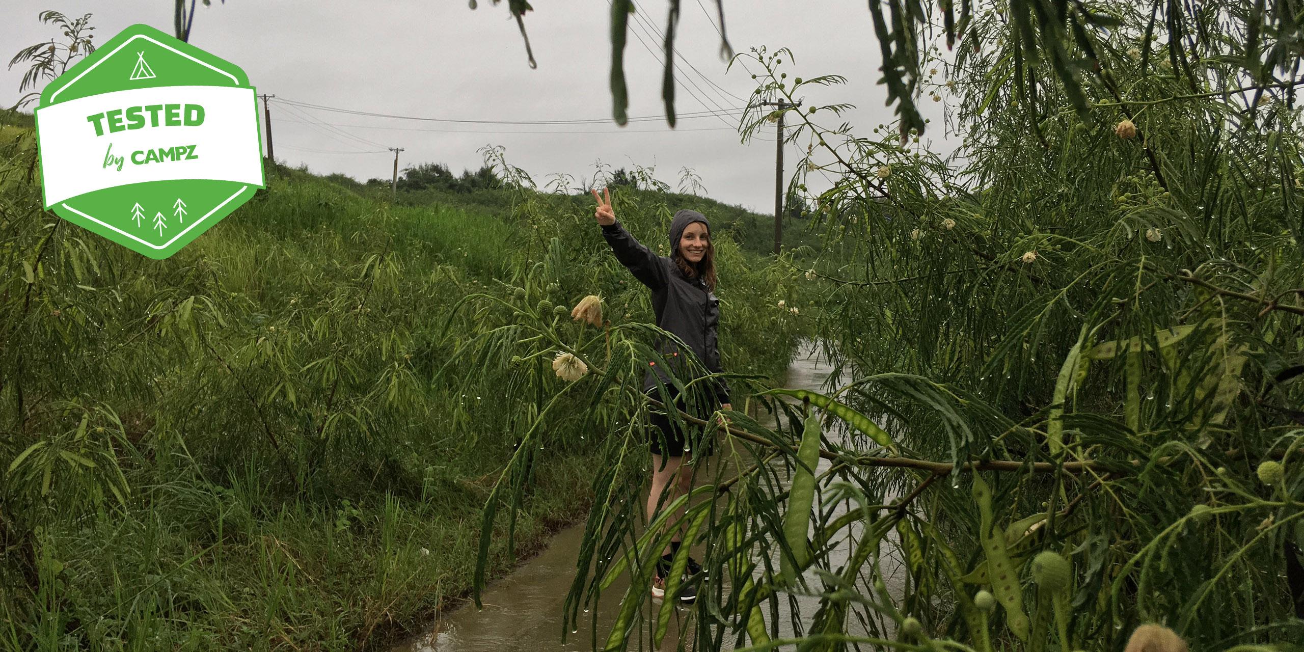 Wandererin mit GORE Wear Shakedry Outfit im Regen