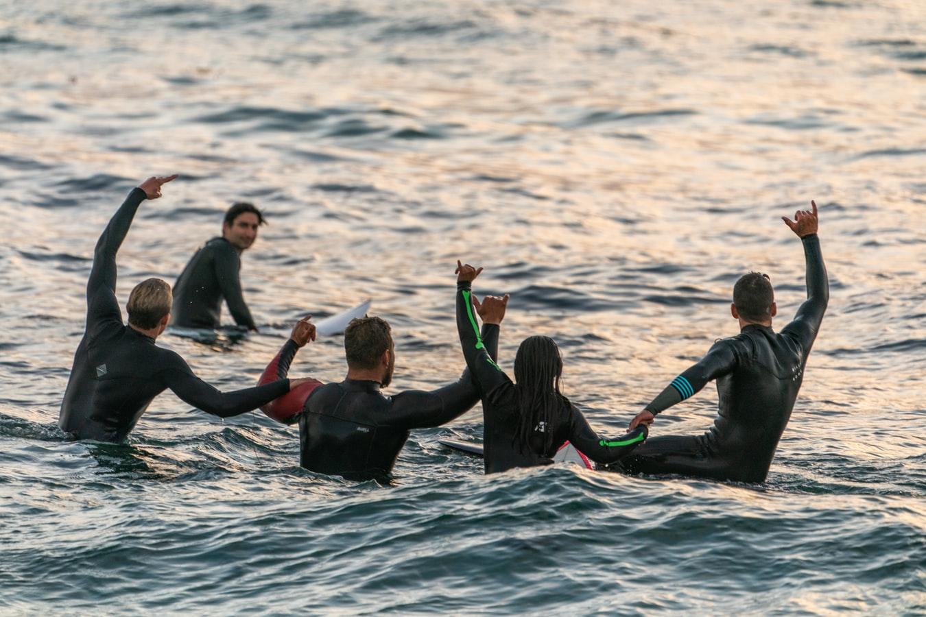 Surferdudes im Meer
